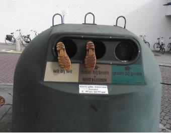 glass recycle bin, in de glasbak